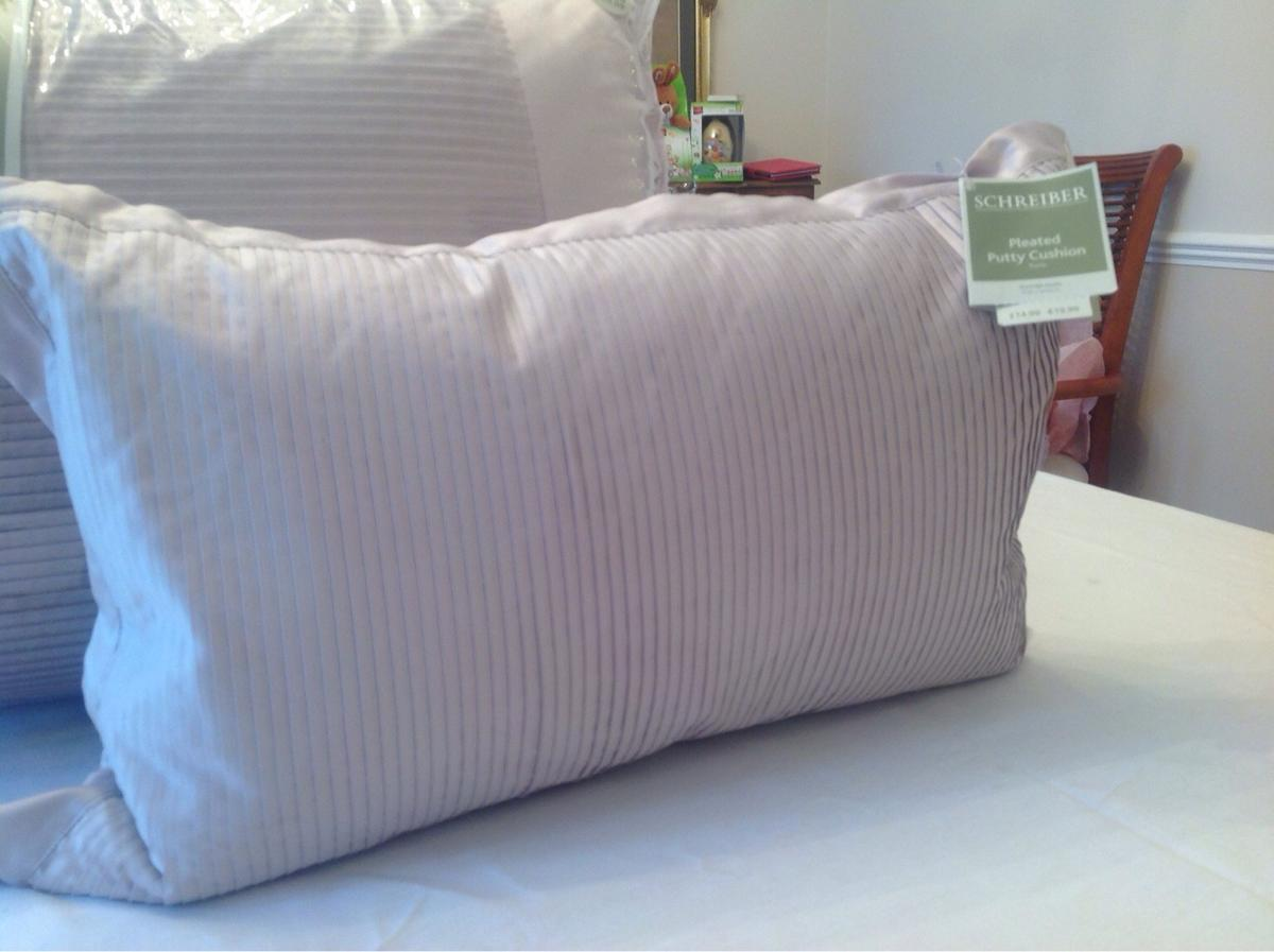 Schreiber Bed Throw And 2 Matching Cushions