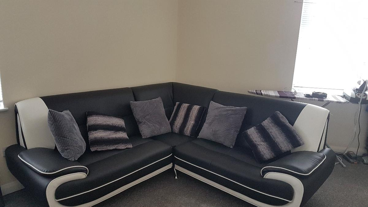 check out 1042f 7c236 Black and white leather corner sofa