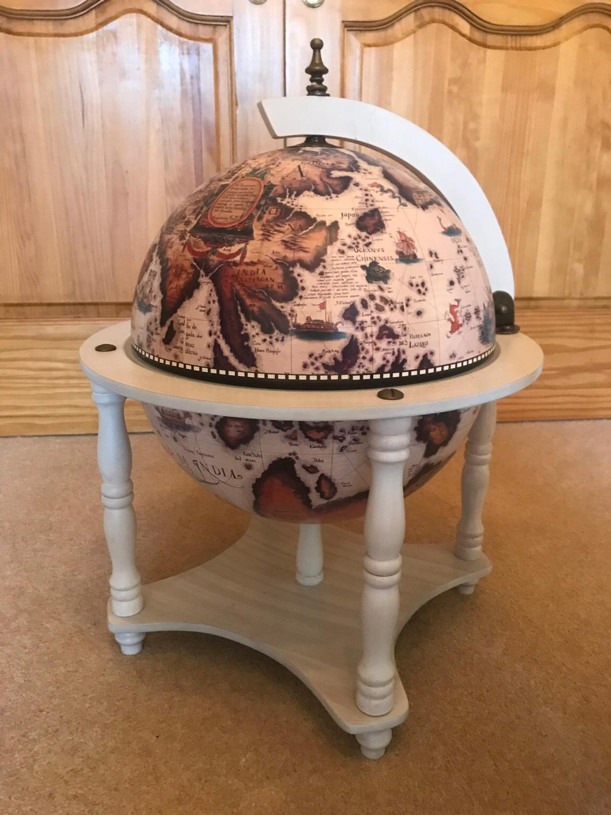 Vintage Drinks Globe Shabby chic white wood in Dudley für