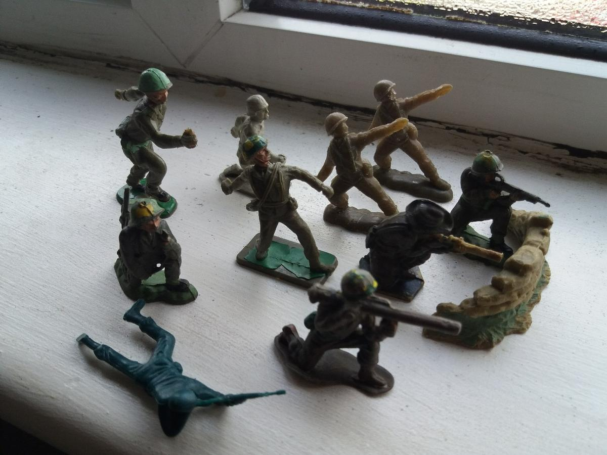 1960s vintage plastic toy soldiers