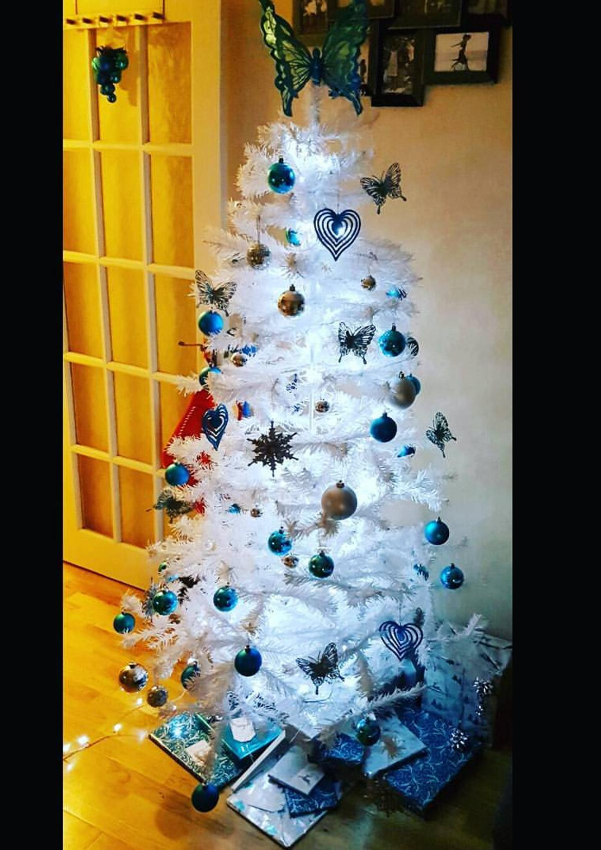 White Christmas Tree With Blue Lights.White Christmas Tree