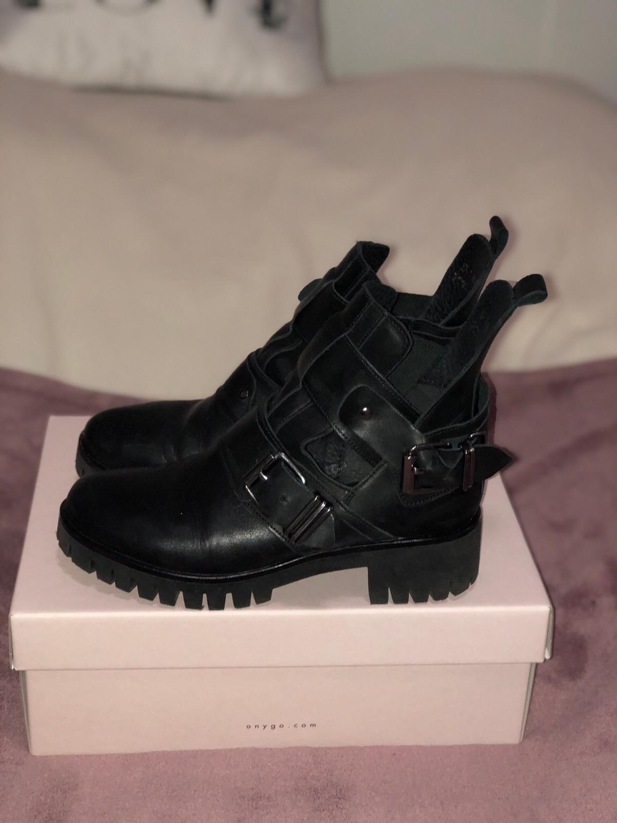 newest e1586 924ab ONYGO Sharon Black Cut Out Stiefeletten