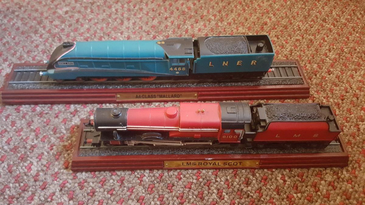 Pack of 2 showpiece trains