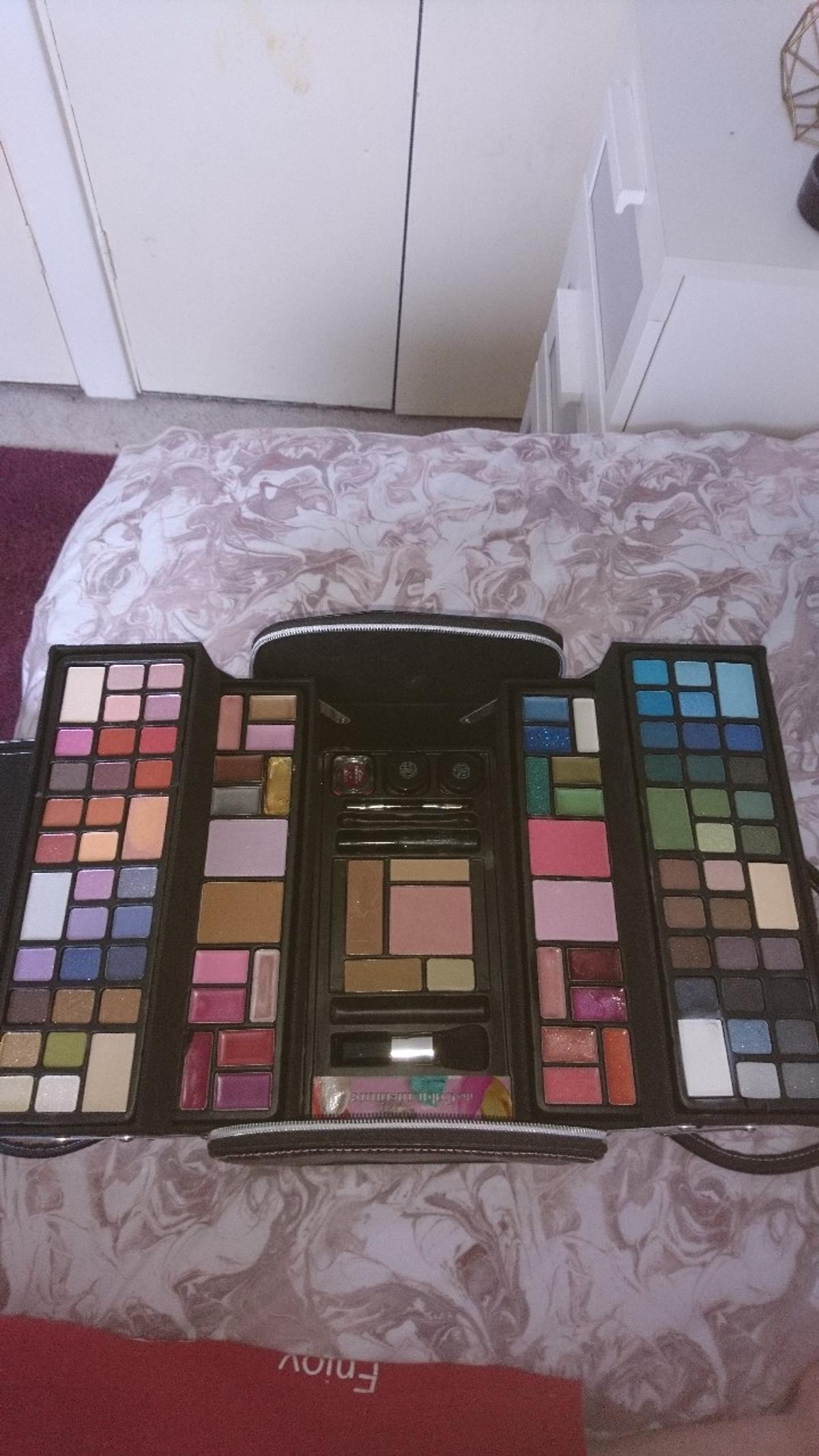 One eyeshadow used and one lip gloss used mascara lost. Very good Condition, light weight