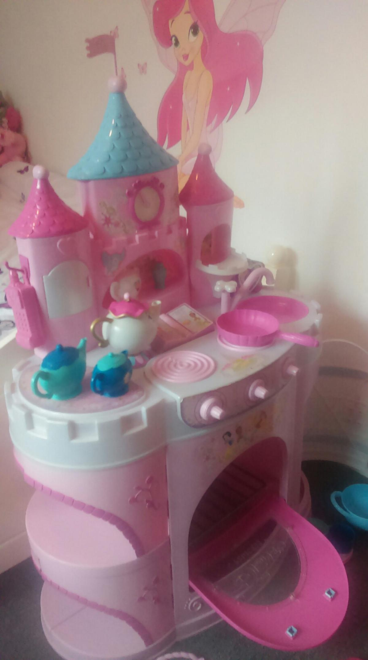 beautiful kitchen keeps ur child entertainment for hrs ideal for 3plus age I have 40+ iteams to come with the kitchen I payed 150 pounds for this kitchen years ago so selling at a great price I have original box