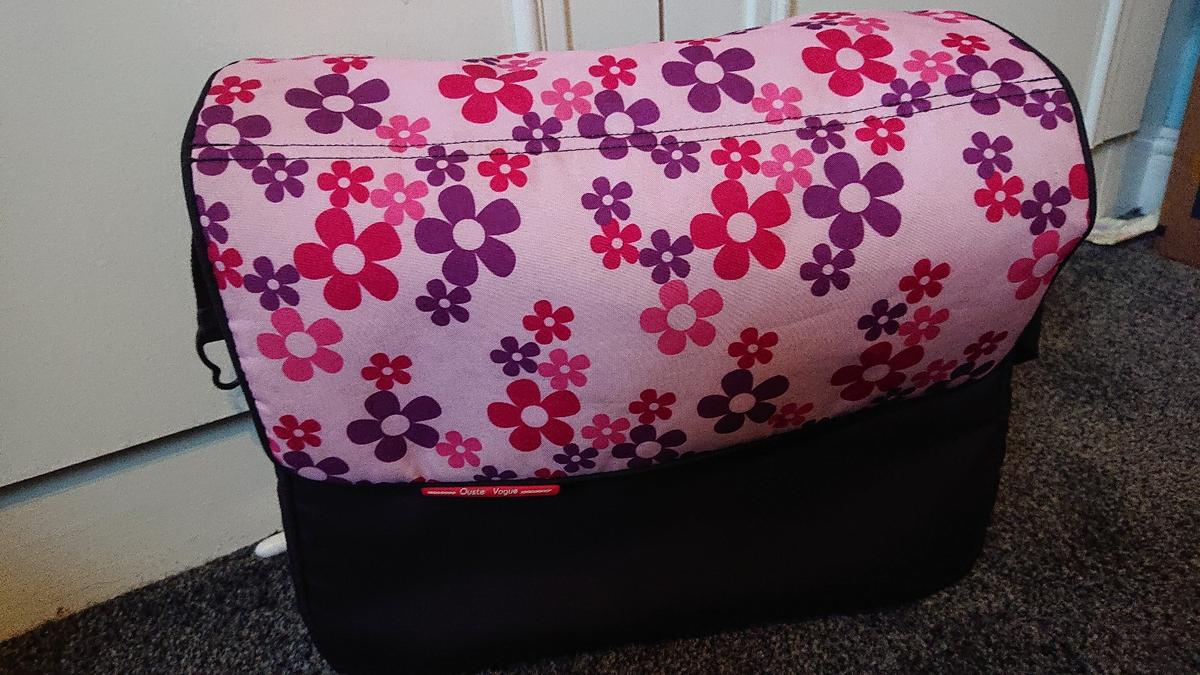 Oyster changing bag in good used condition with the clips at the sides to clip on to oyster pushchairs, with a pink car seat insert in great condition.