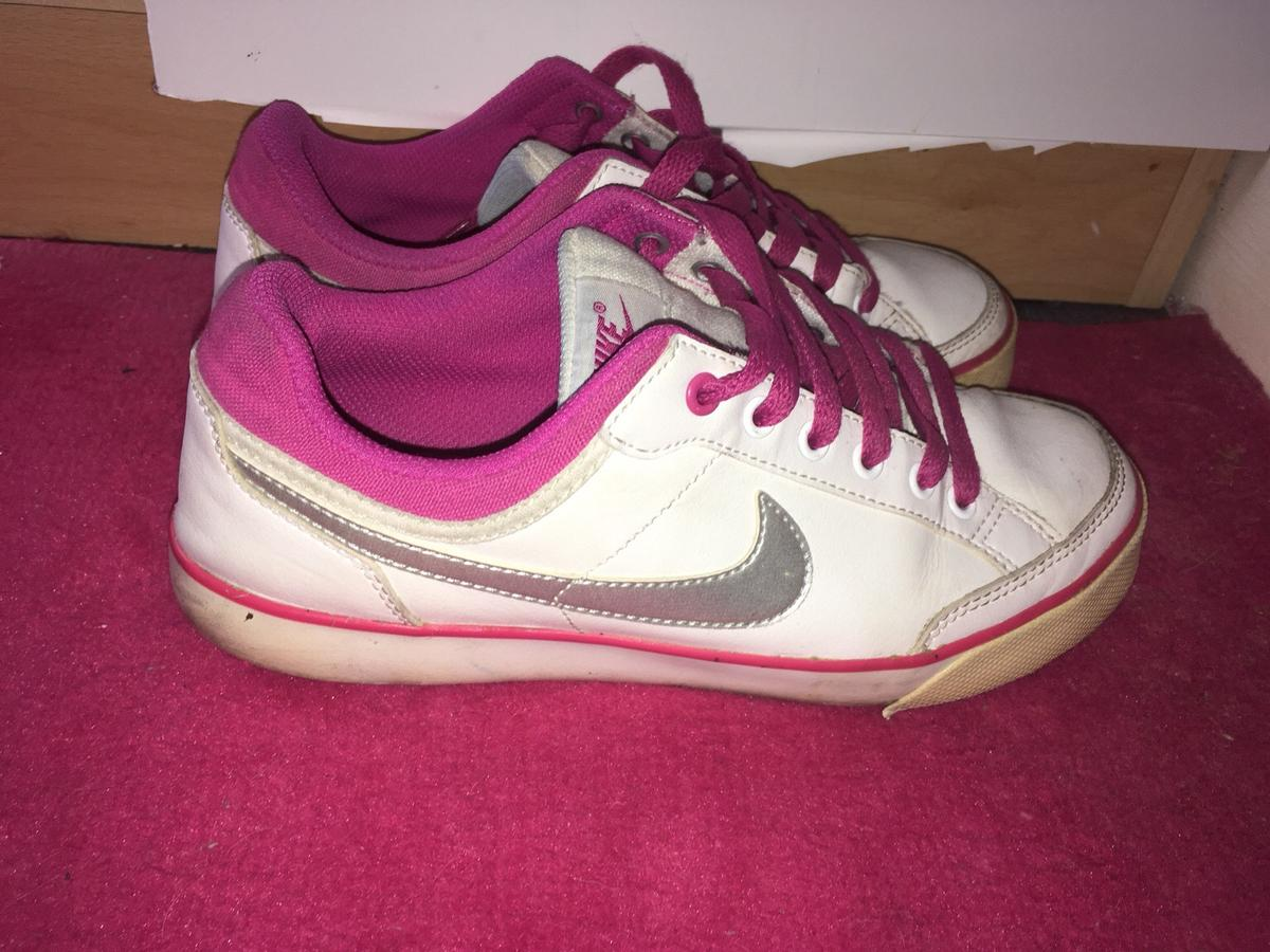 Nike trainers size 4, just need a clean over. Pick up only.