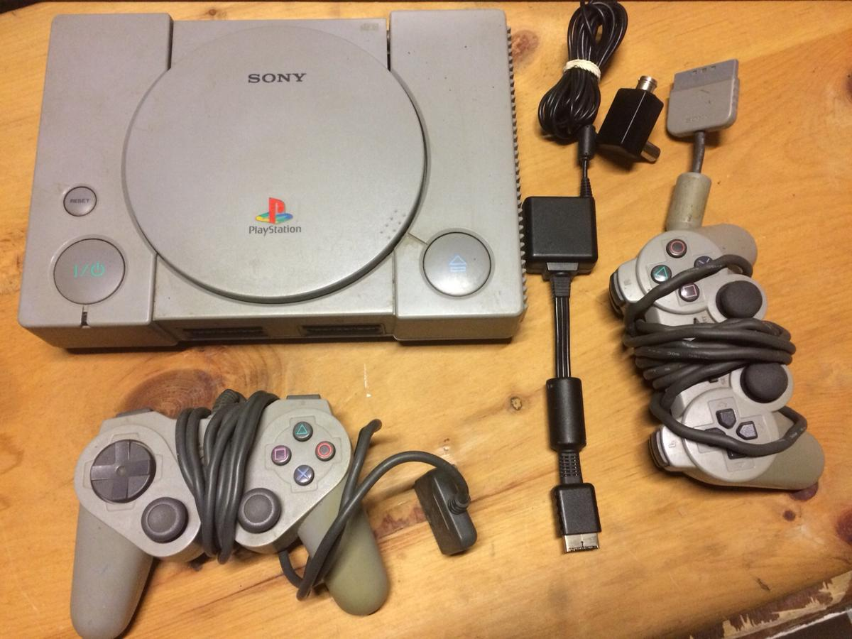 Ps1 plus cables and x3 games + console + 2 pads used working condition