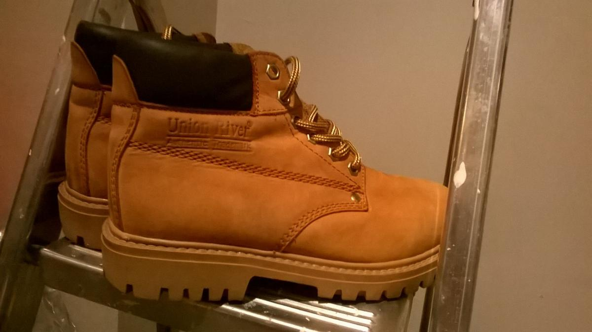 Size 6 Unisex Union River ANKLE BOOTS LACE UP ( Very Timberland style )  Excellent used Condition  Colour Tan with brown ankle support trim  Size: UK 6 / Euro 39 / US 8  UNISEX!