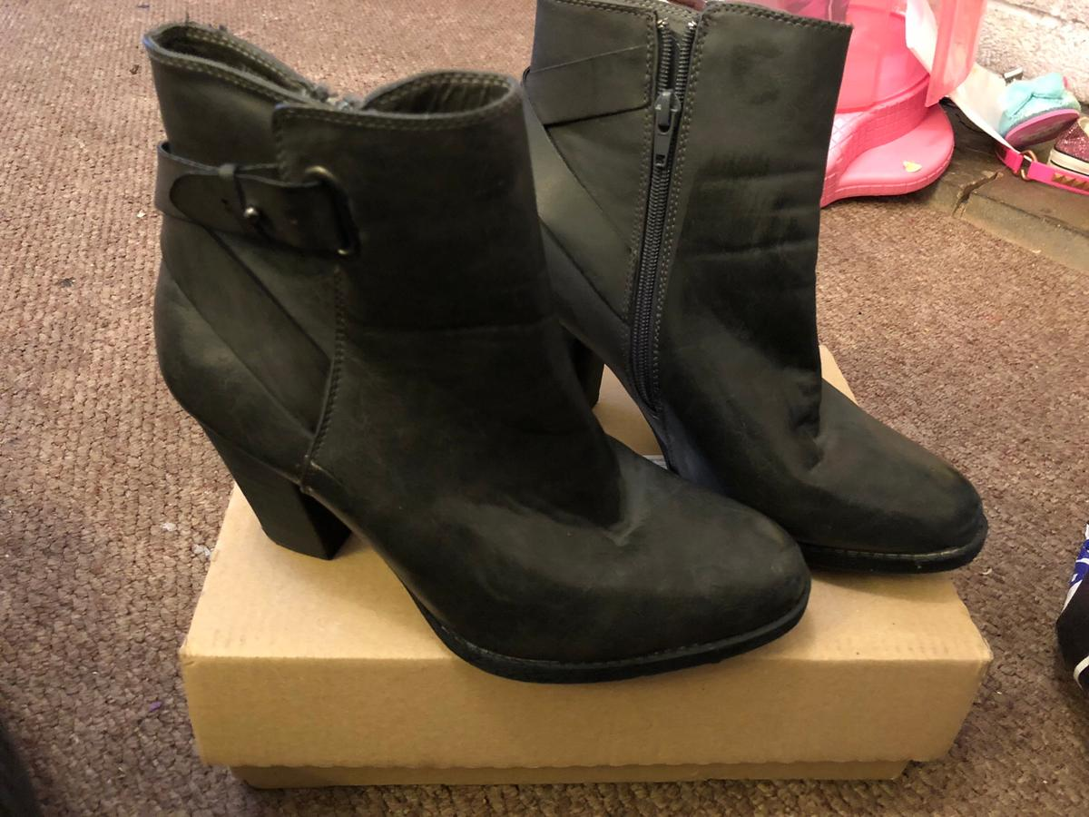 Ladies size 6 boots Never been worn Pet and smoke free home
