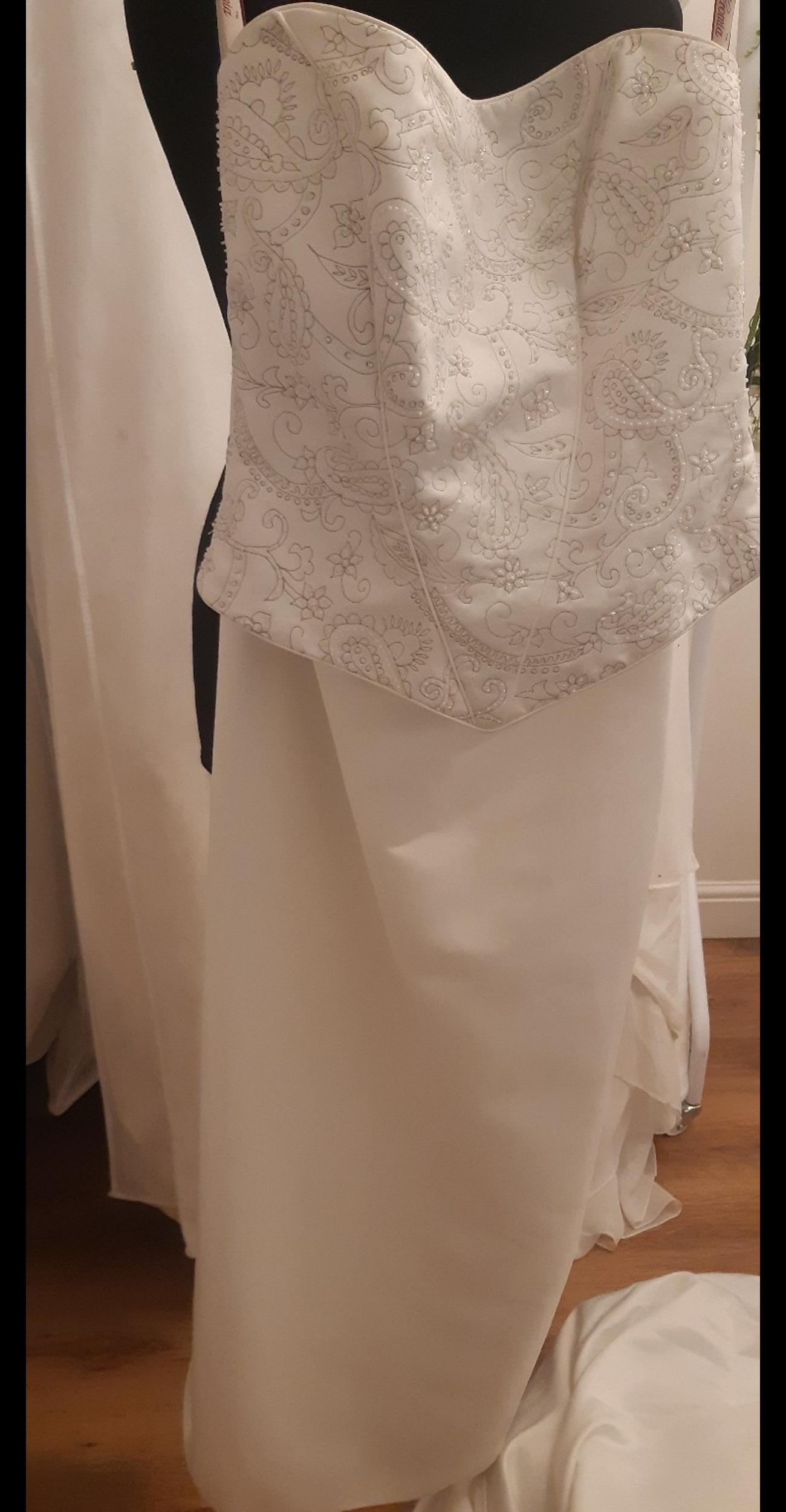 Brand new wedding dress with corset top and skirt. Stunning long train that can be held on your wrist for the after doo ;) need to come and try on to appreciate the detailed beauti of this two piece.
