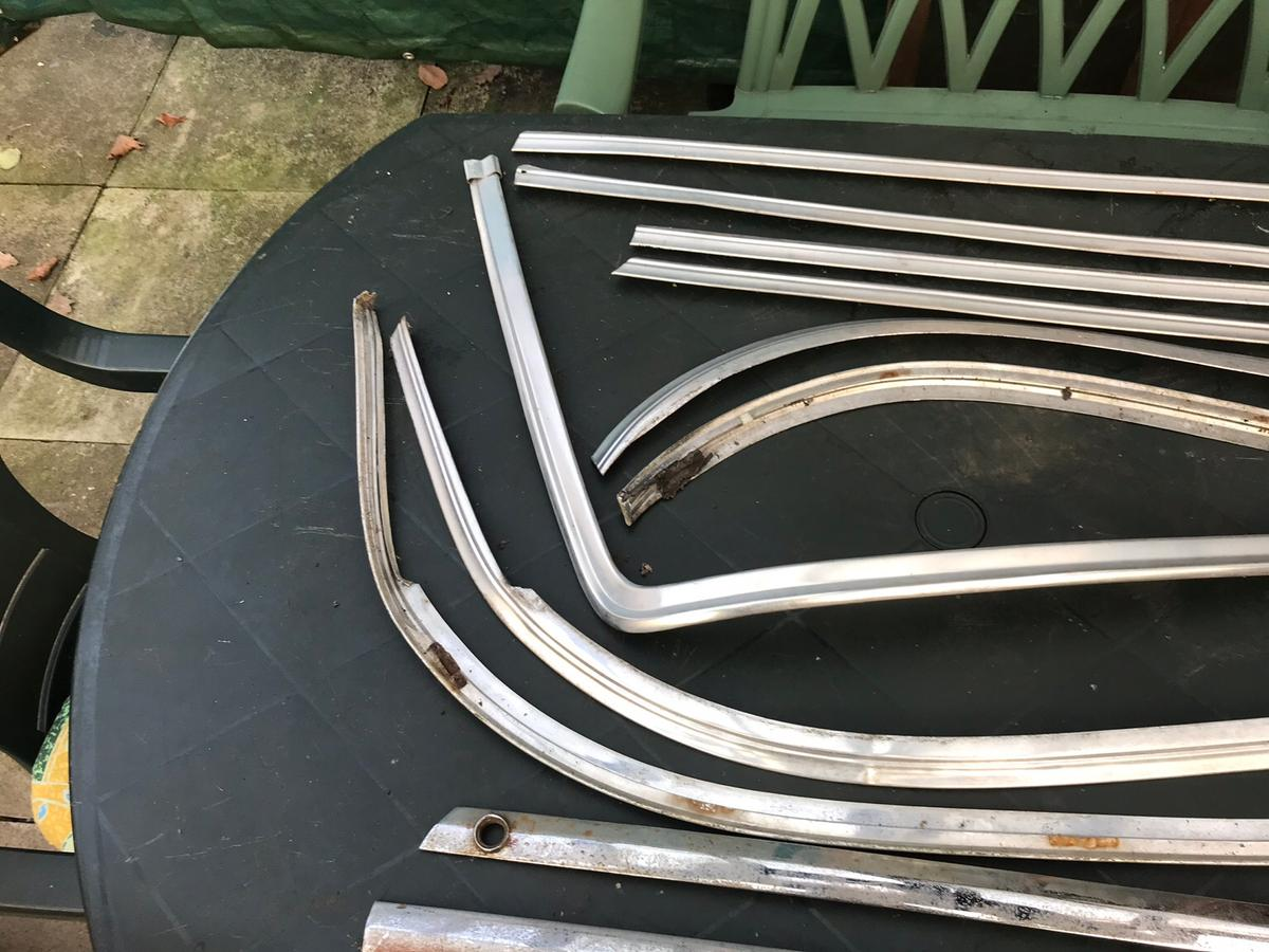 Here we have a complete moulding clip for front and back glass, dash board and more. This is a complete set and are very rare to find.. Grab yourself a bargain.