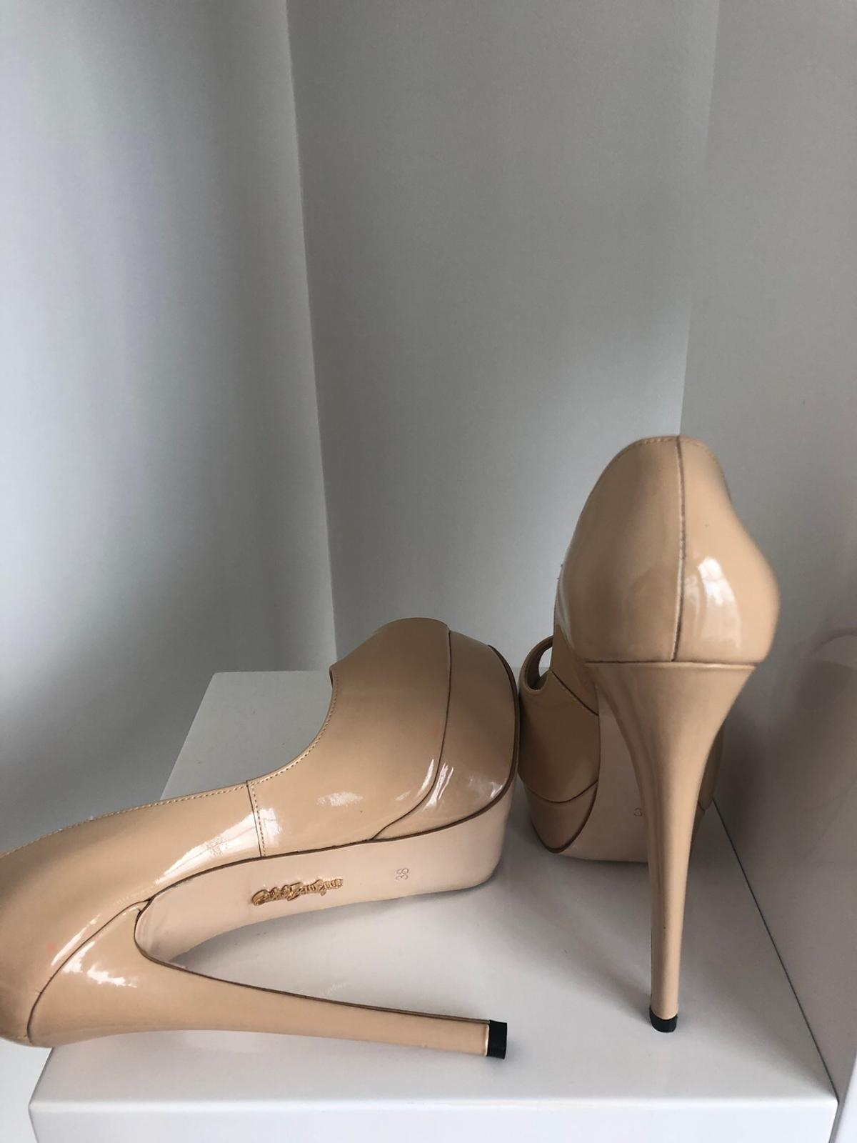 Size 5, never been worn, come with the box. Has a slight pink marking, which I believe comes from being stored in the box for too long. But not noticeable while wearing.