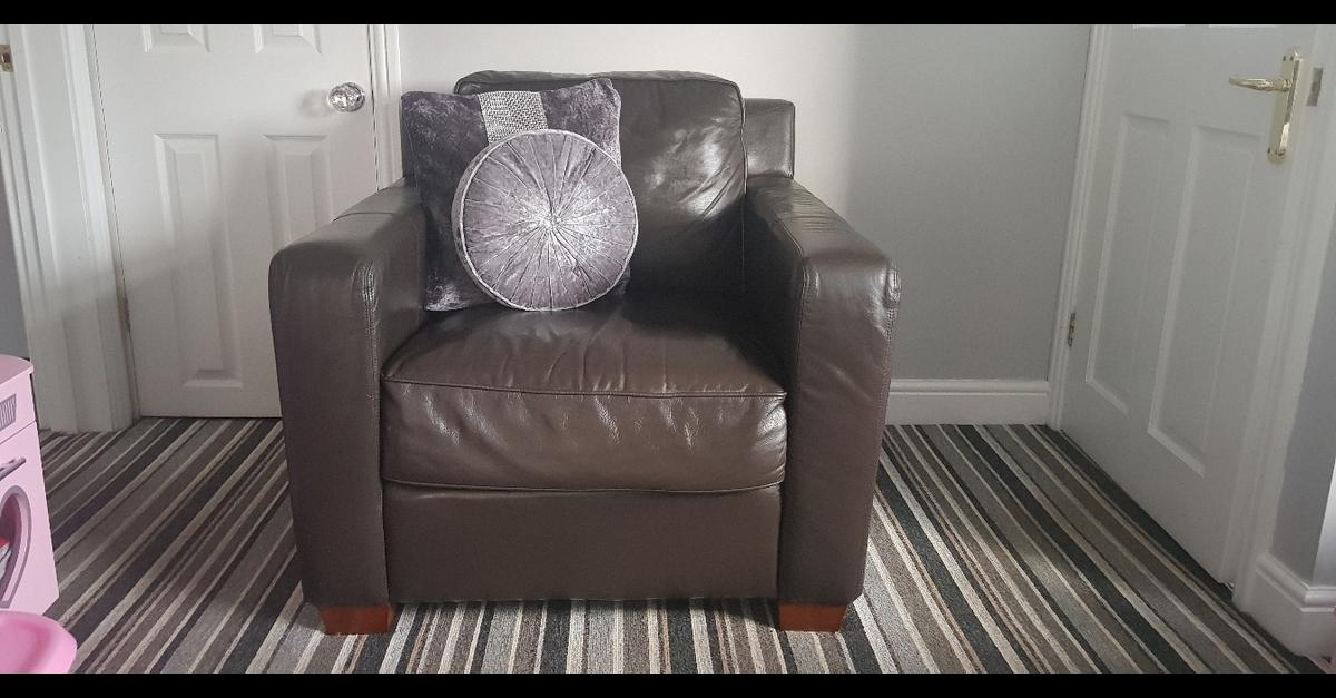 Brown leather corner suite, comes with chair and big poufee! been well looked after looking for £400 ono