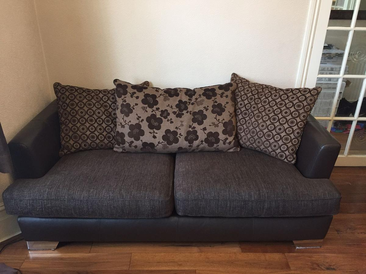 - BROWN FABRIC & LEATHER SOFA 2 3 SWIVEL In N8 London Für 175,00