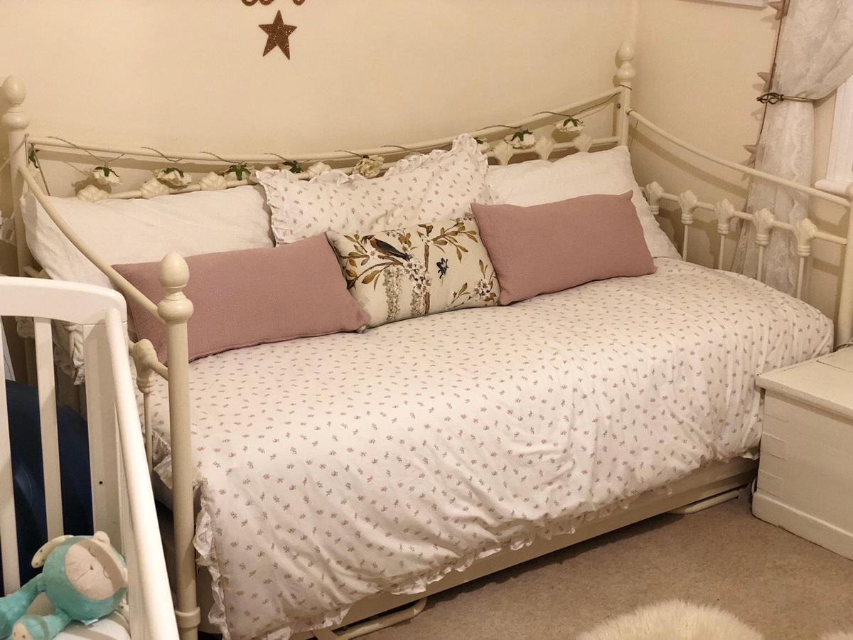 - Cream Day Bed With Trundle And Mattresses In BR3 London Für 170,00