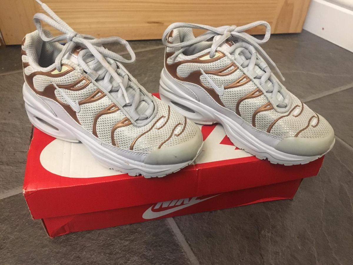 brand new 09e58 08587 Grey and gold Nike Tn's