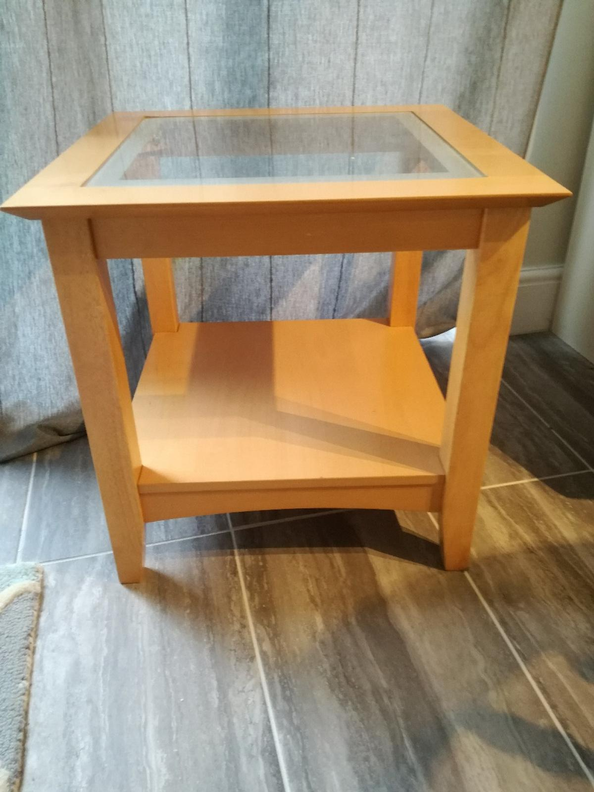 - Teak Effect Side Table With Glass Top. In SG12 Hertfordshire Für 5