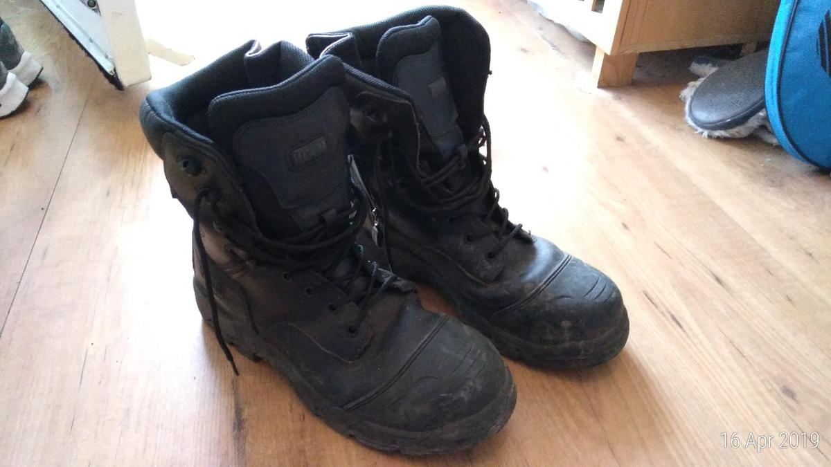 Get this Magnum Safety Boot.  It is a UK size 10 and US size 11 as indicate on the pic.  I am selling as I no longer require this. Only been used a few times for light inspection work walking around sites. It has plenty of life and in good condition.  Collection only from HA3 in Harrow.
