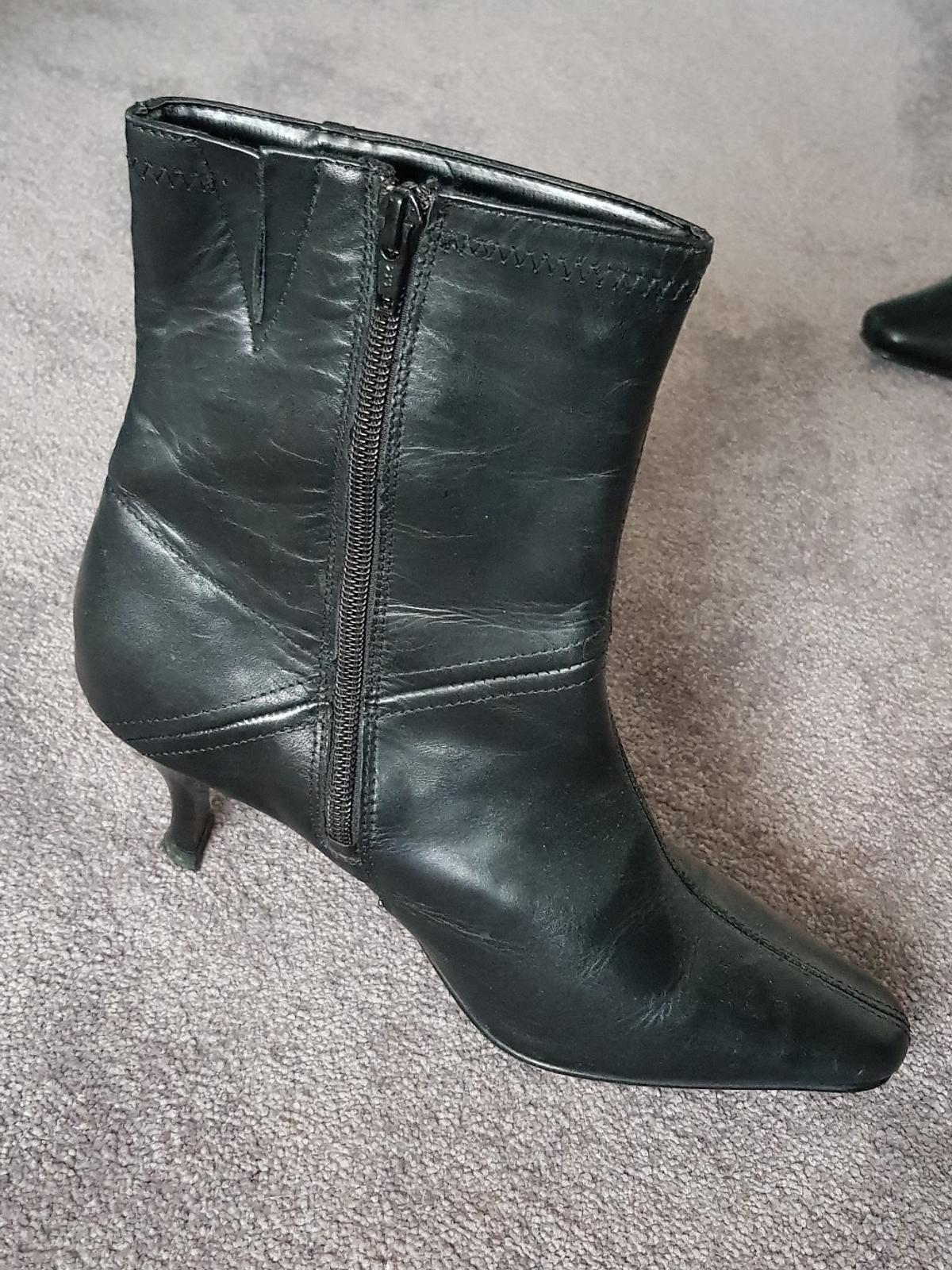 4d296bb62765e Vintage 90's Black Leather Ankle Boots Size 4