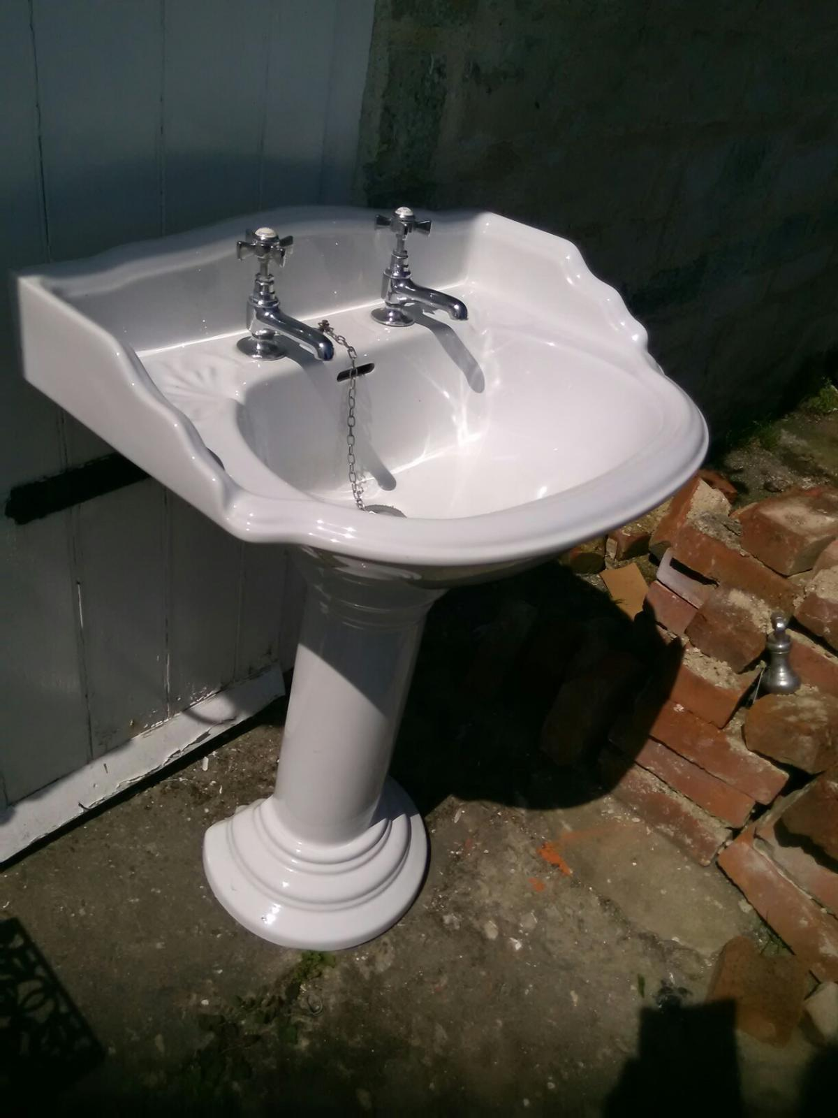 Charmant Victorian Style Bathroom Sink And Pedestal.