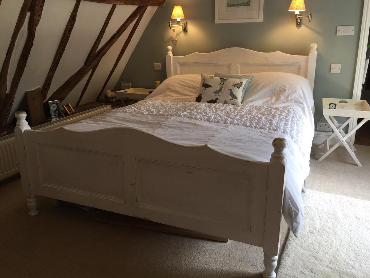 Kingsize Bed Distressed White Wood