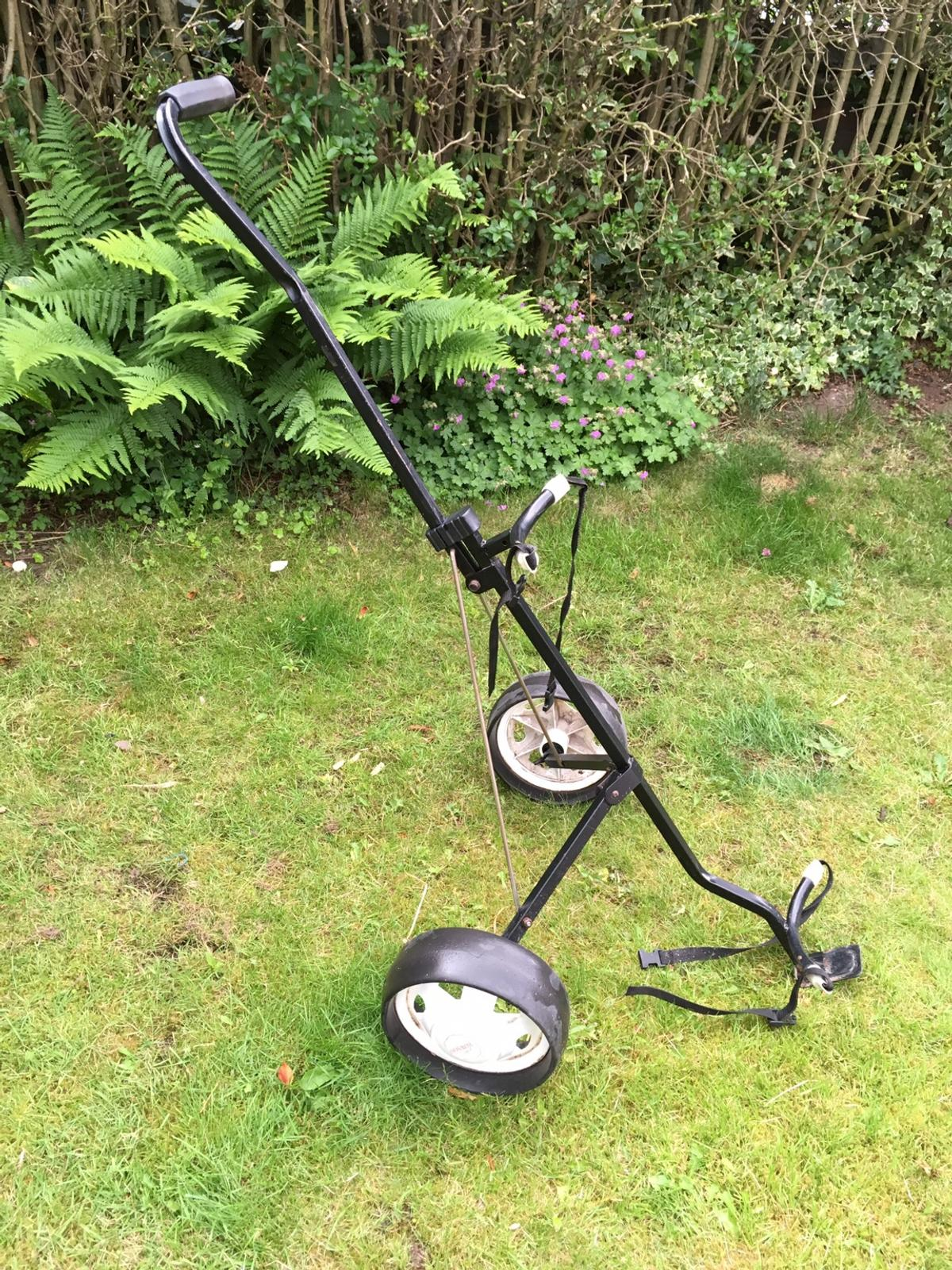 Golf trolley and full set of clubs in ST5-Lyme für £ 50,00