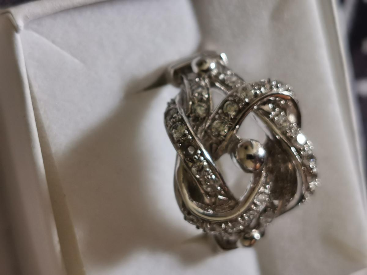 Silver knot ring in vgc one little stone missing