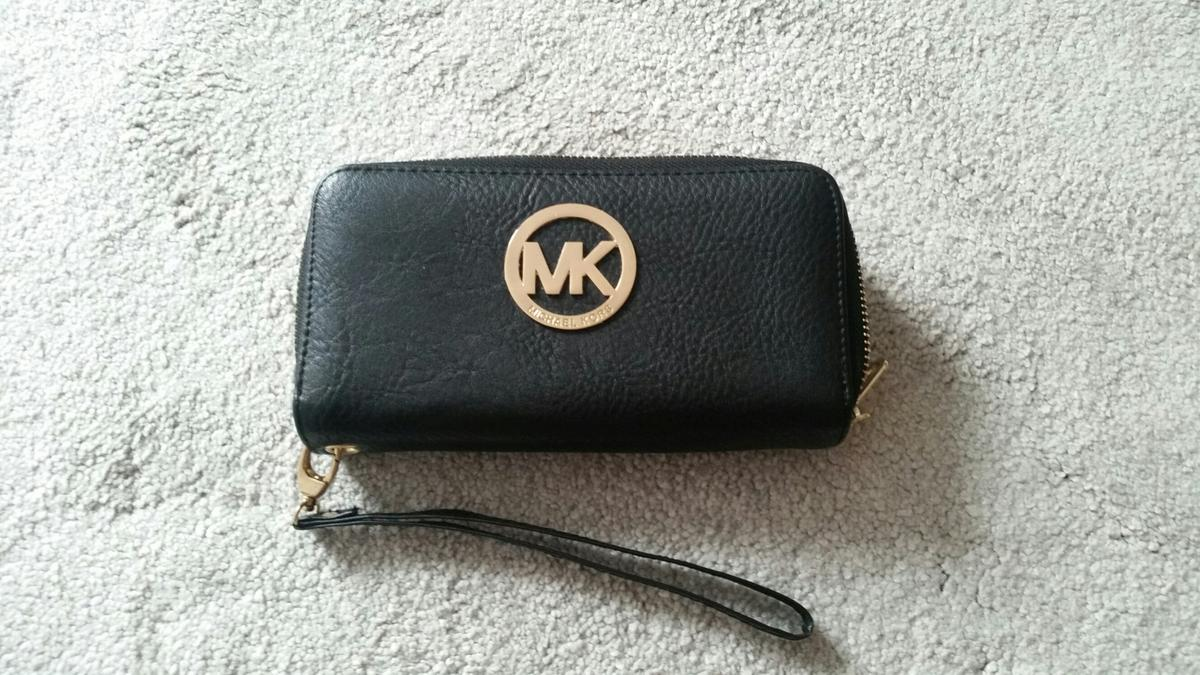 very beautiful purse I bought it so expensive I didn't used too much it is new!!!!