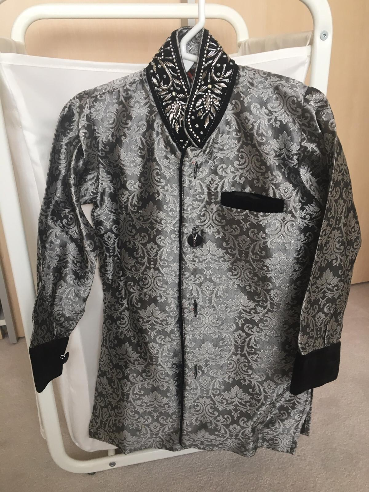 Bollywood style sliver and black velvet boys sherwani , immaculate condition only worn once . Age size 4 . No refunds . Price includes postage and package.