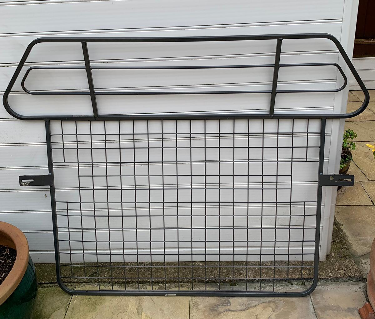 Genuine Land Rover Freelander 1 Bar & Mesh Dog Guard Full Height. Well Used few scuffs at the bottom of the guard as can see in pics nothing major. Collection