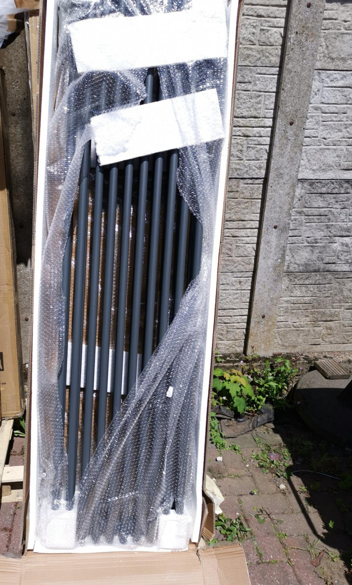 1800x468mm Triple Bar Radiator. Can be used in any room for a elegant finish. Brand new in box. May have some damage to packaging. ** this radiator has no marks there is a shadow from the bubble wrap projected on to the bars*