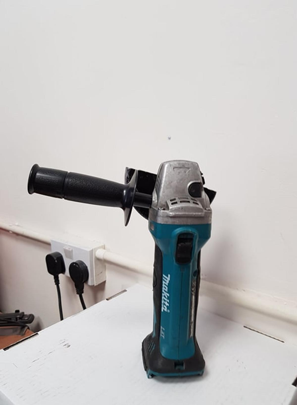 Makita DGA452Z 18V LXT Cordless Angle Grinder With Case /& 5 x Metal Cutting Disc