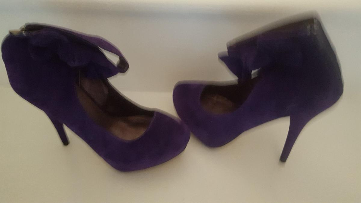High heel Cadbury purple shoe boot size 40. In immaculate condition. Never been worn, just hanging around my shoe cupboard. Having a clear out so grab yourself a bargain. Will look great with any outfit for that special occasion. £6.00 Can meet for collection.