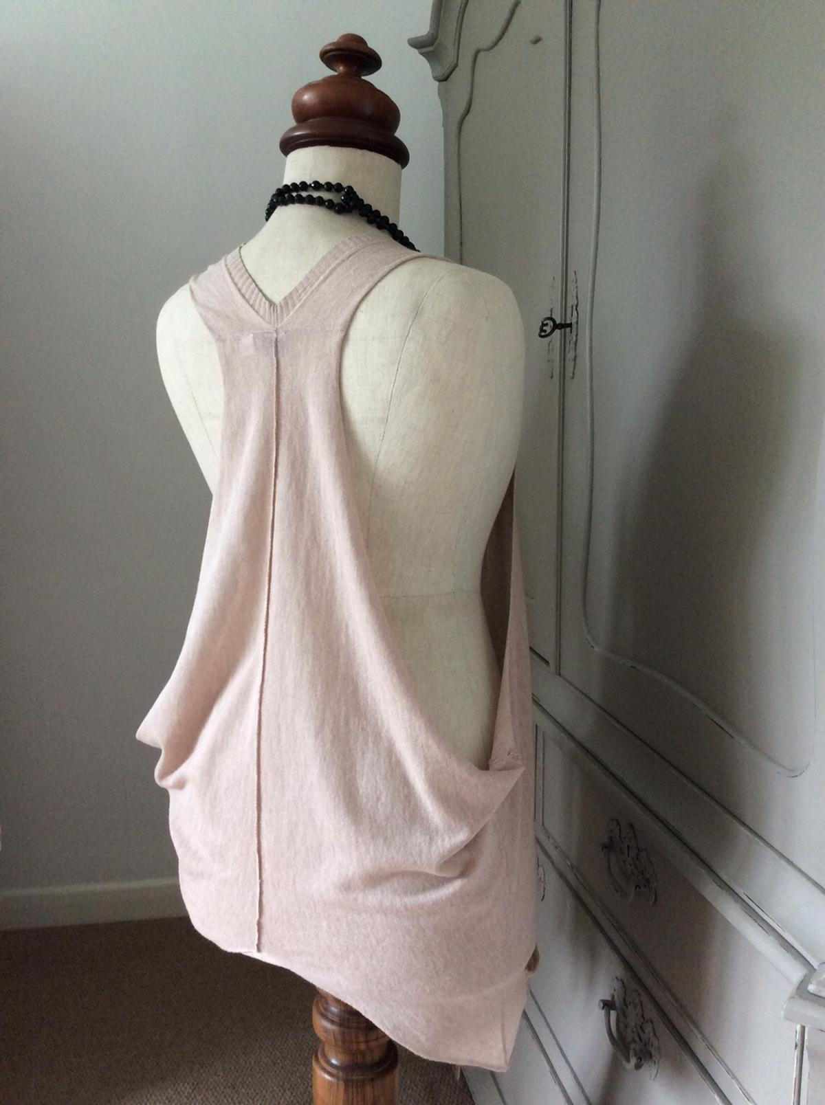 A trendy waistcoat by Hoxton Chic. Lovely soft cotton knit in a light beige colour. Elongated armholes & dainty pockets to both front panels. Never been worn.