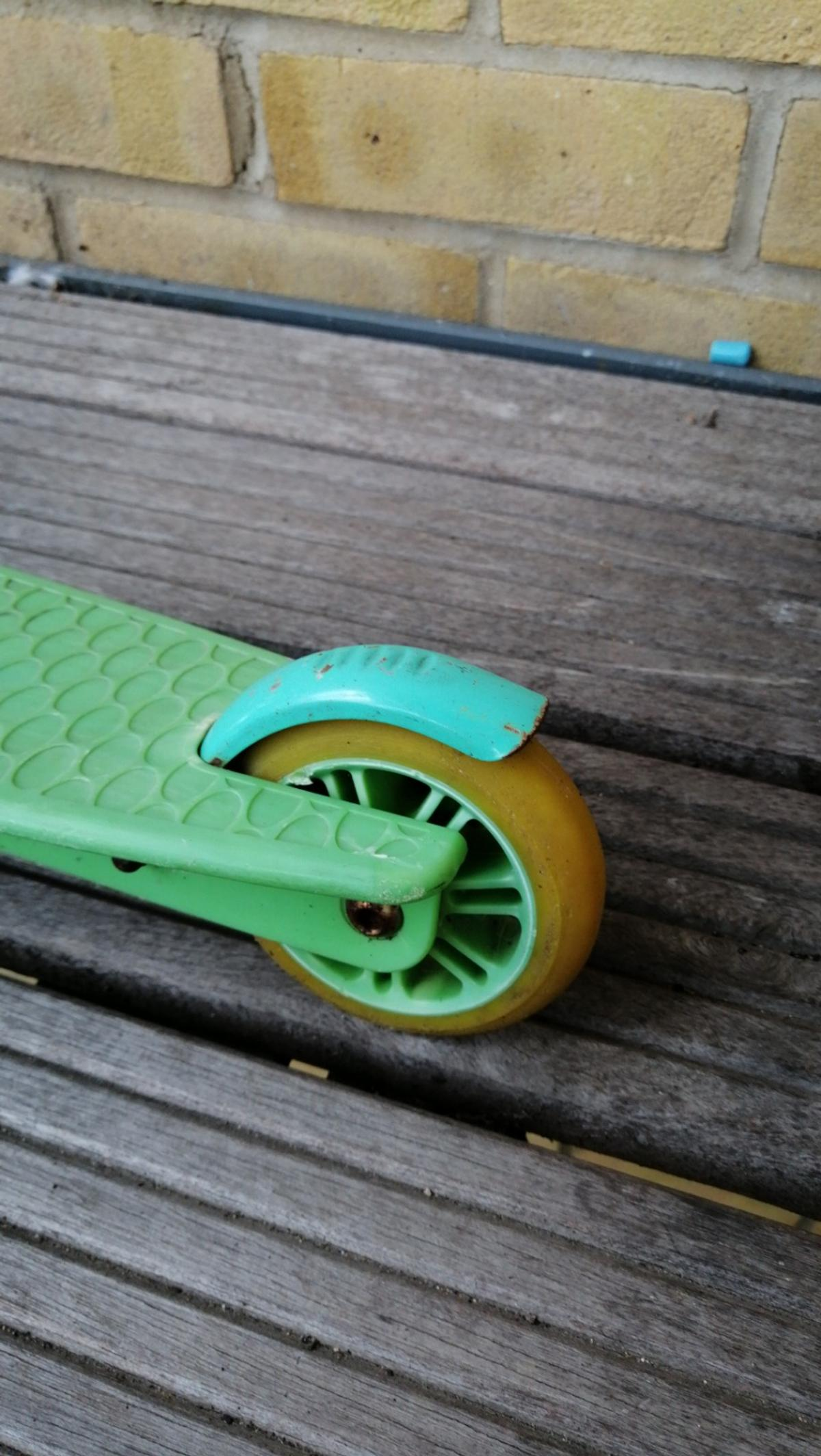 Very smooth wheel for children from 7 to 10 years age. Handles still intact and soft although it is a little bit dirty.