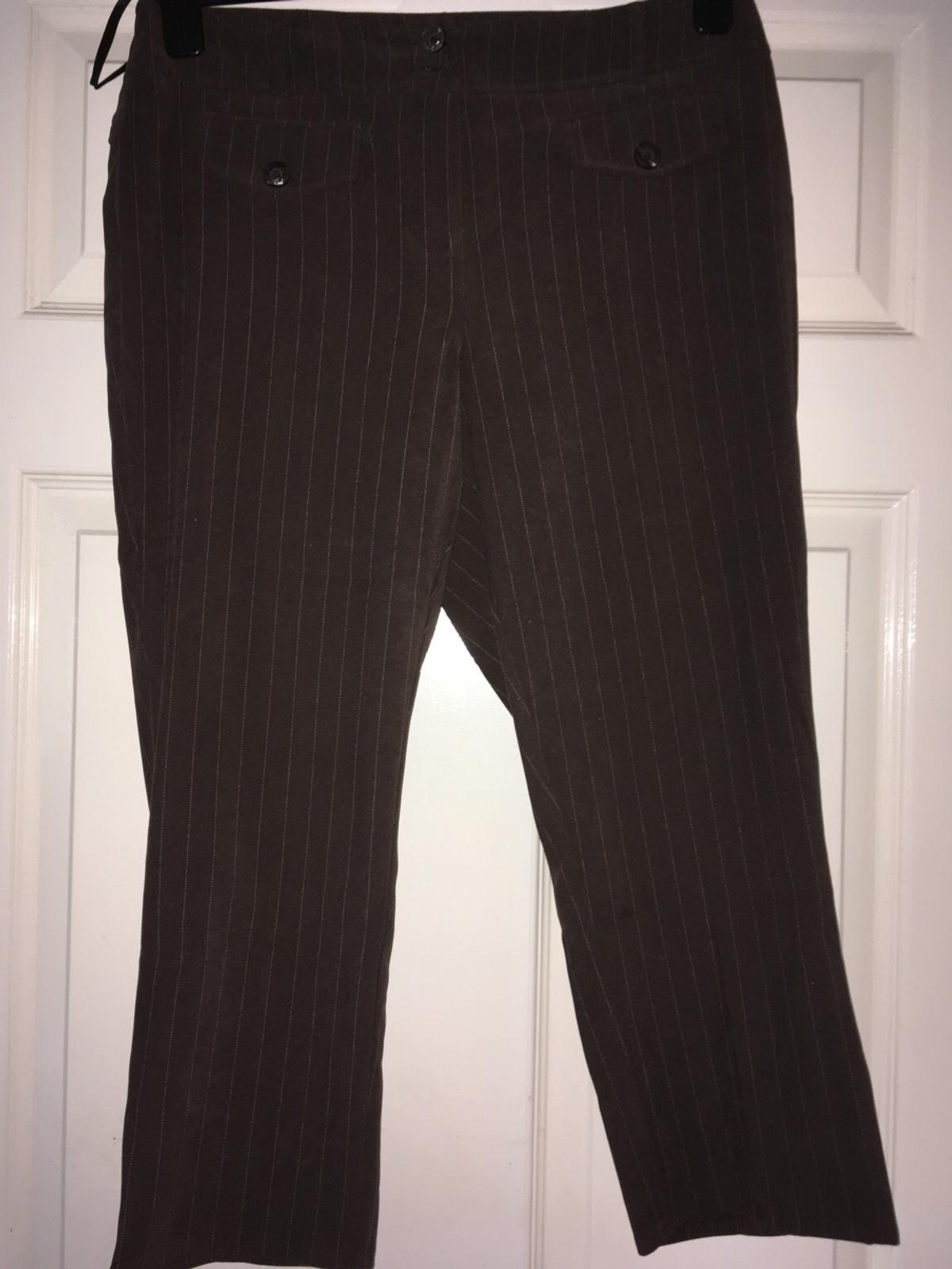 Brown stripped 3 quarter length ladies trousers for sale. Features fashion pockets to the front and button detail at the legs.