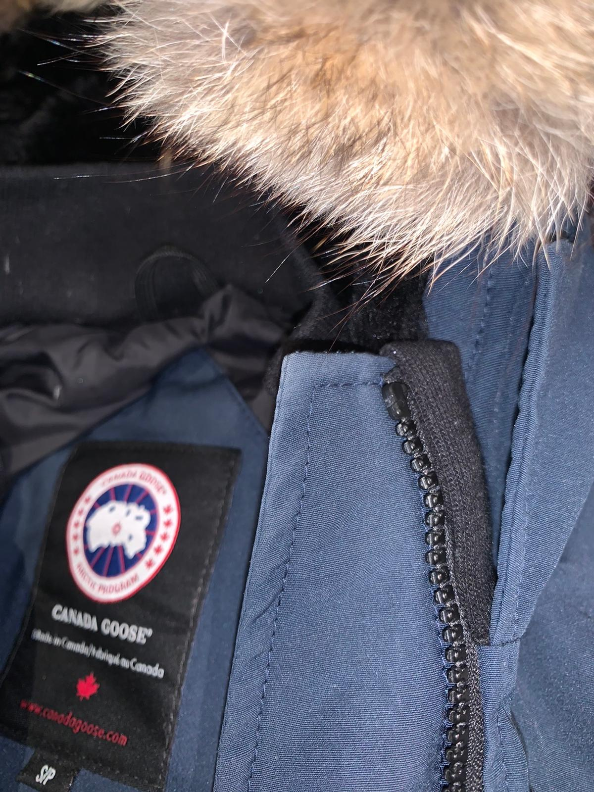 Still in a good condition navy women's parka, small. Length: just above knees or knees depending how tall you are;) Any question, please ask!
