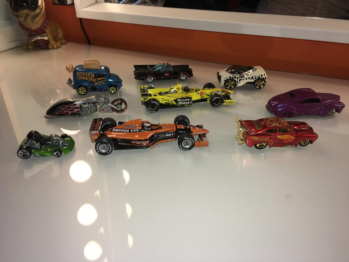 Bundle of 9 hot wheels cars, 2 x mini champs f1 cars, bat mobile and 6 others.