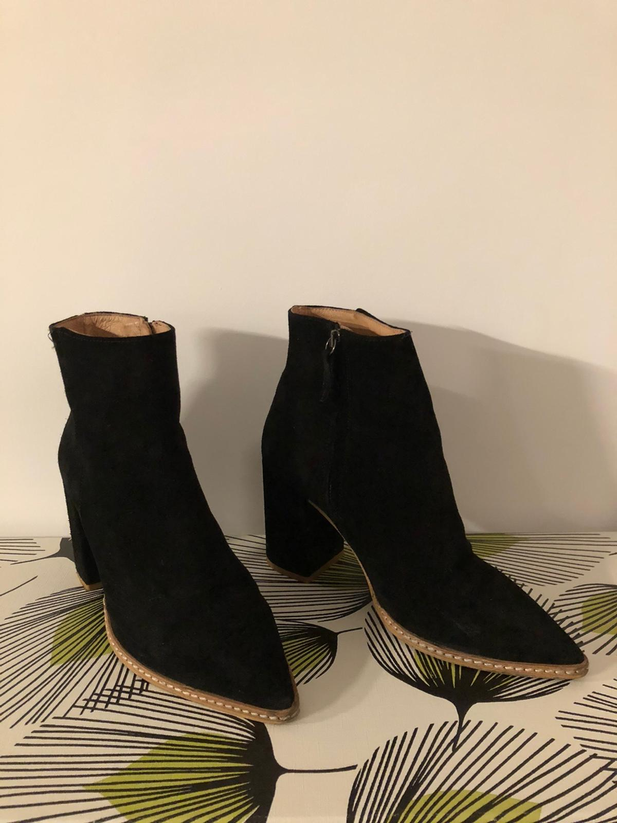 Great pair of Office pointed boots with block heel. Sizing is EU40 which seems to be equivalent to a UK 7 when I've checked online. Ideal for a night out or casual wear. Perfect for any upcoming Christmas parties and celebrations. Originally cost £84 so grab a bargain while you can!
