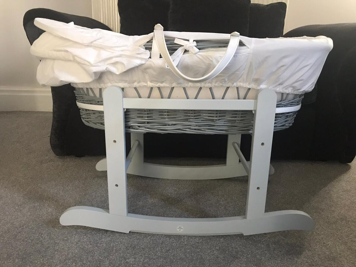 White Teddy Wash Day On Grey Wicker Moses Basket /& Deluxe Dove Grey Rocking Stand