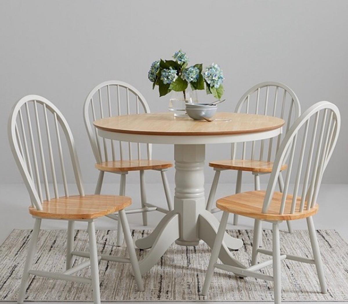 Round dining table and 9 chairs in CV9 Coventry für 90,9 £ zum ...