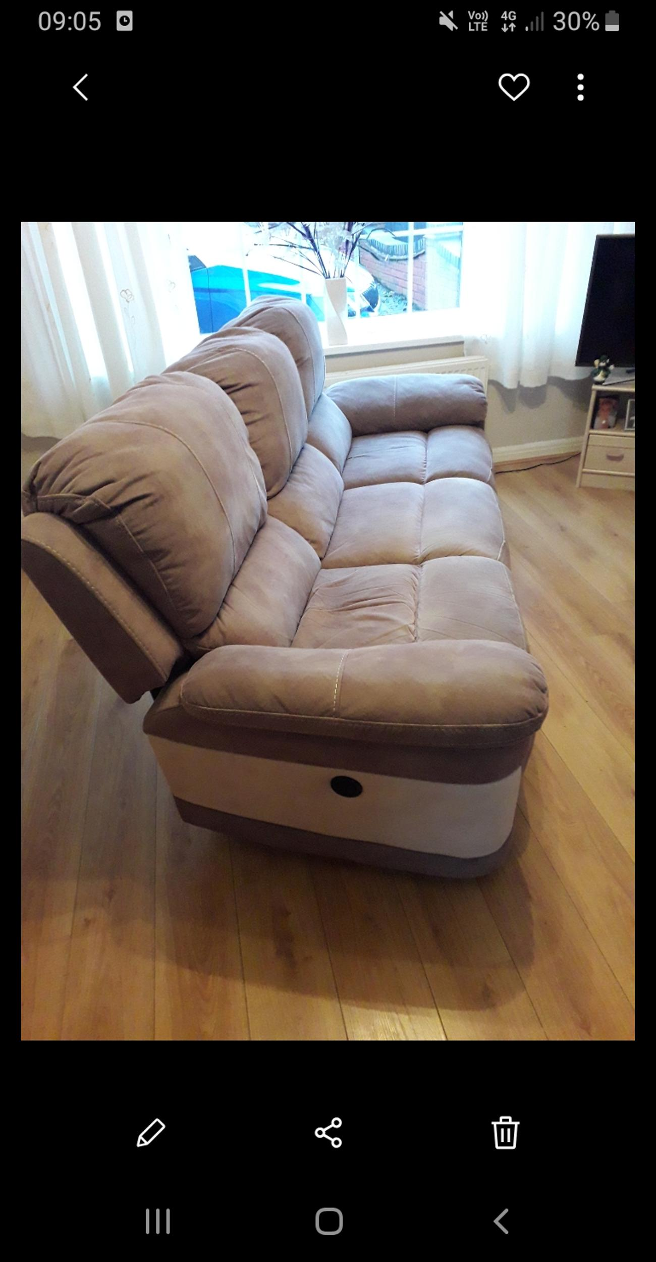 Excellent Condition 2 and 3 seater recliner sofa  Smoke and Pet free home