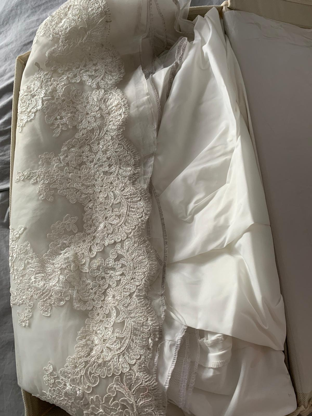 Stunning Wedding Dress £1200 from Boxmoor Brides New Eltham Worn just the once Dress hasn't been washed so bottom is a bit dusty and so would need a clean however there are no rips or tears at all and it's in perfect condition