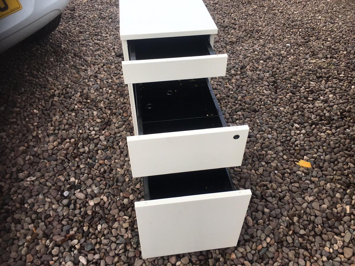 Very solid 3 drawer for office made of metal excellent condition with key