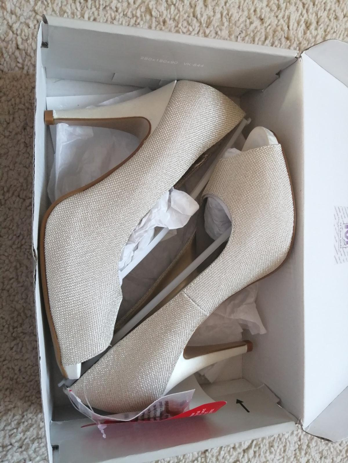 Gold/Cream Court Shoe. Brand new never been worn. Size 5.
