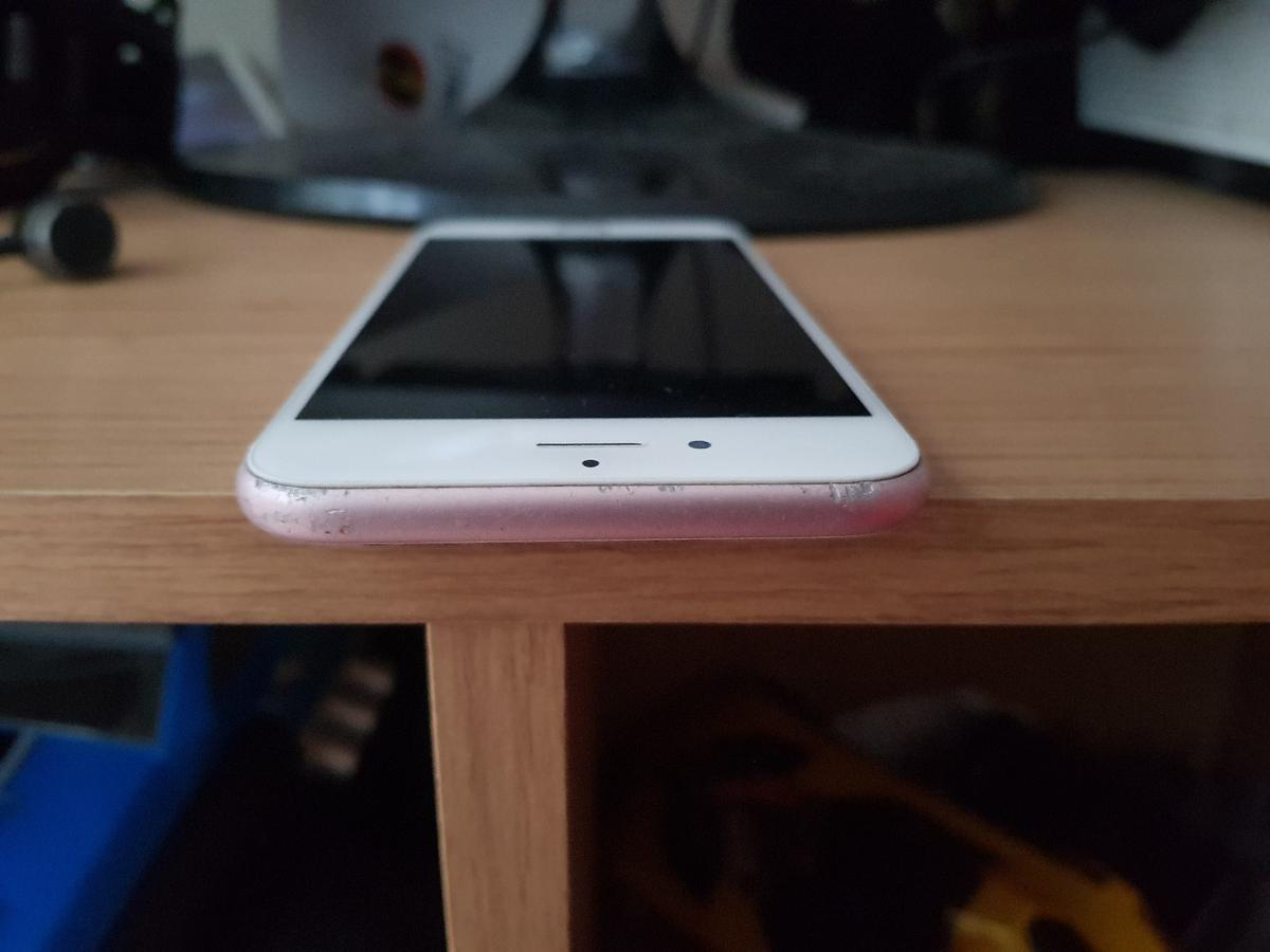 iPhone 6s on o2/giffgaff rose gold few Mark's only thing is the finger print doesn't work no charger