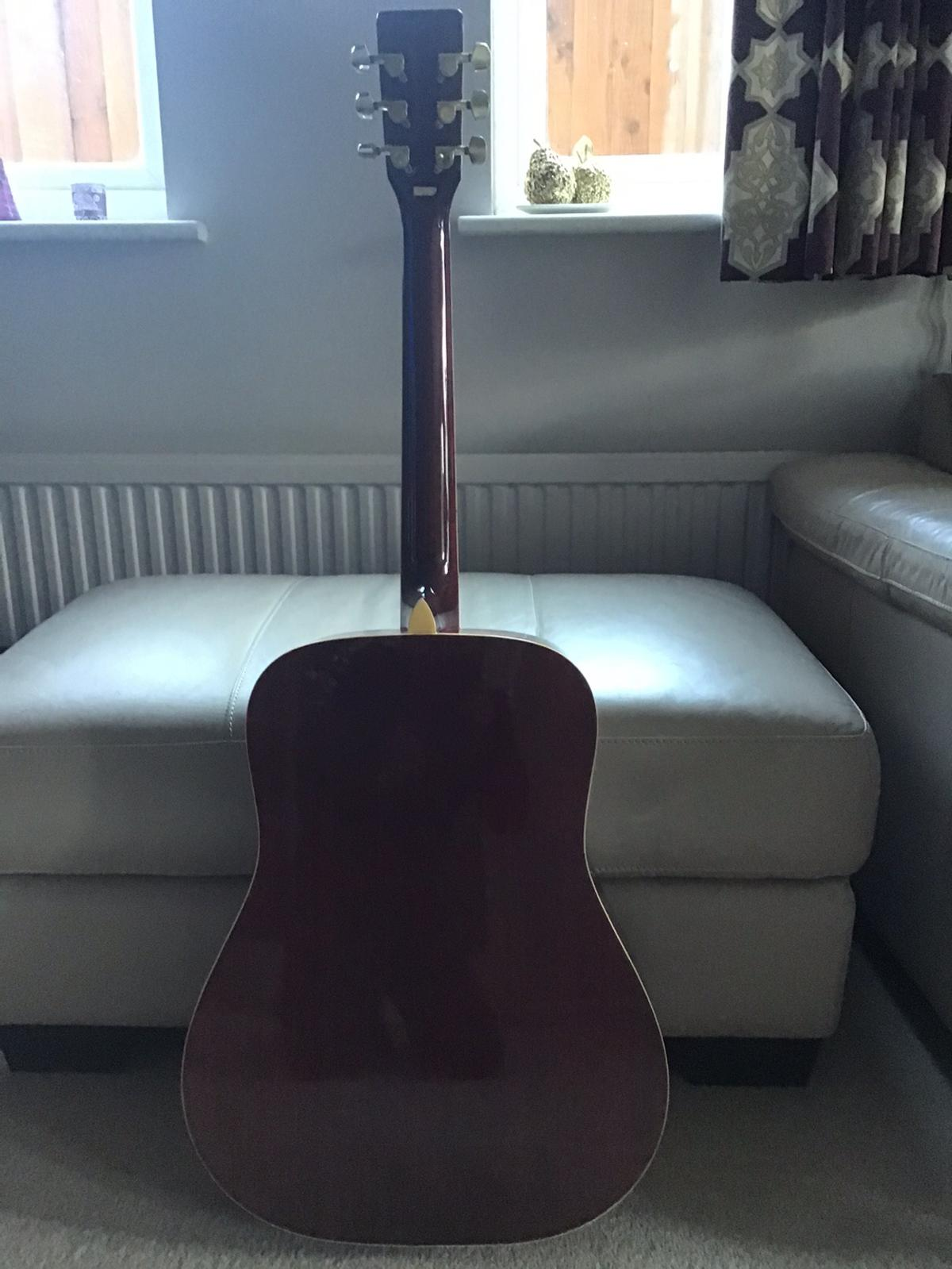 This stunning red finish Guitar is in great condition with new strings (spare set of strings and Plectrum included) and is ideal for a beginner to intermediate level player.