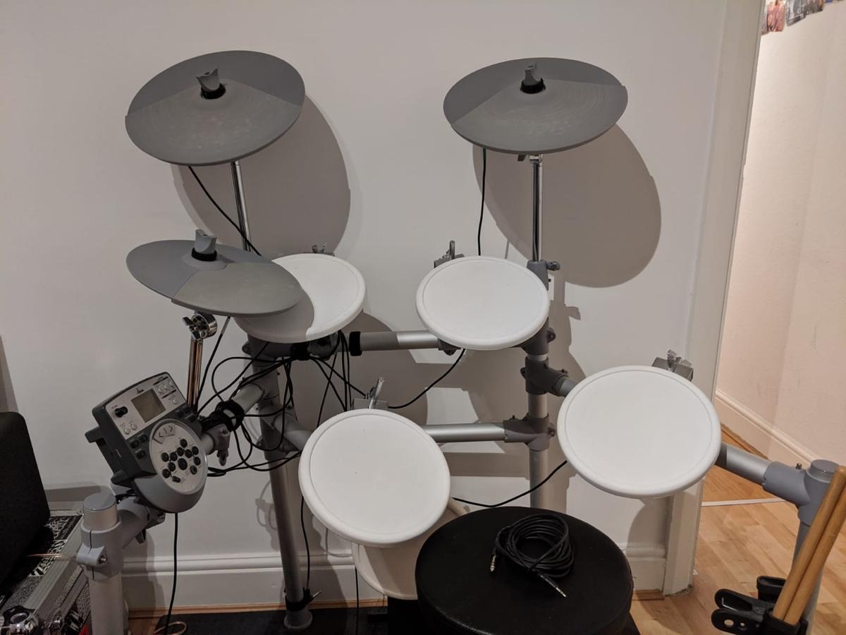 Perfect for quiet practice. Would suit beginners or experienced drummer.  Snare a little bit quiet. Does not come with kick pedal for bass drum (will work with any pedal).  Includes stool, sticks, 15W amp, headphones and floor protector.