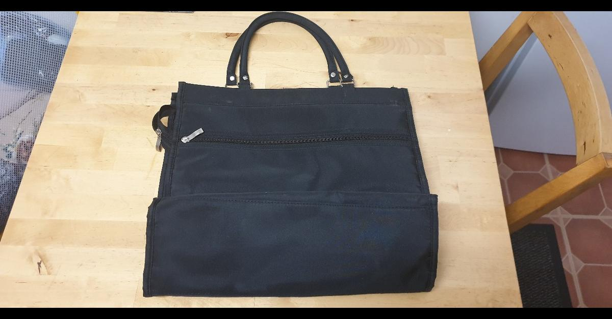 large bag new 2 front pockets 1 back pocket small zip pocket inside and slip pockets
